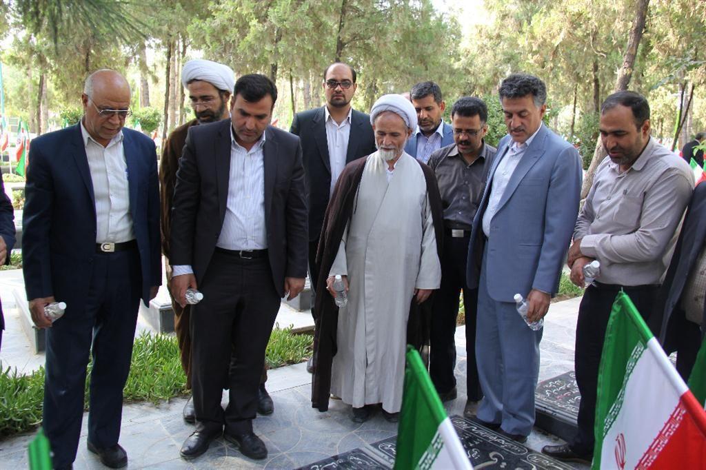غبار روبی مزار شهدا در آستانه هفته دولت
